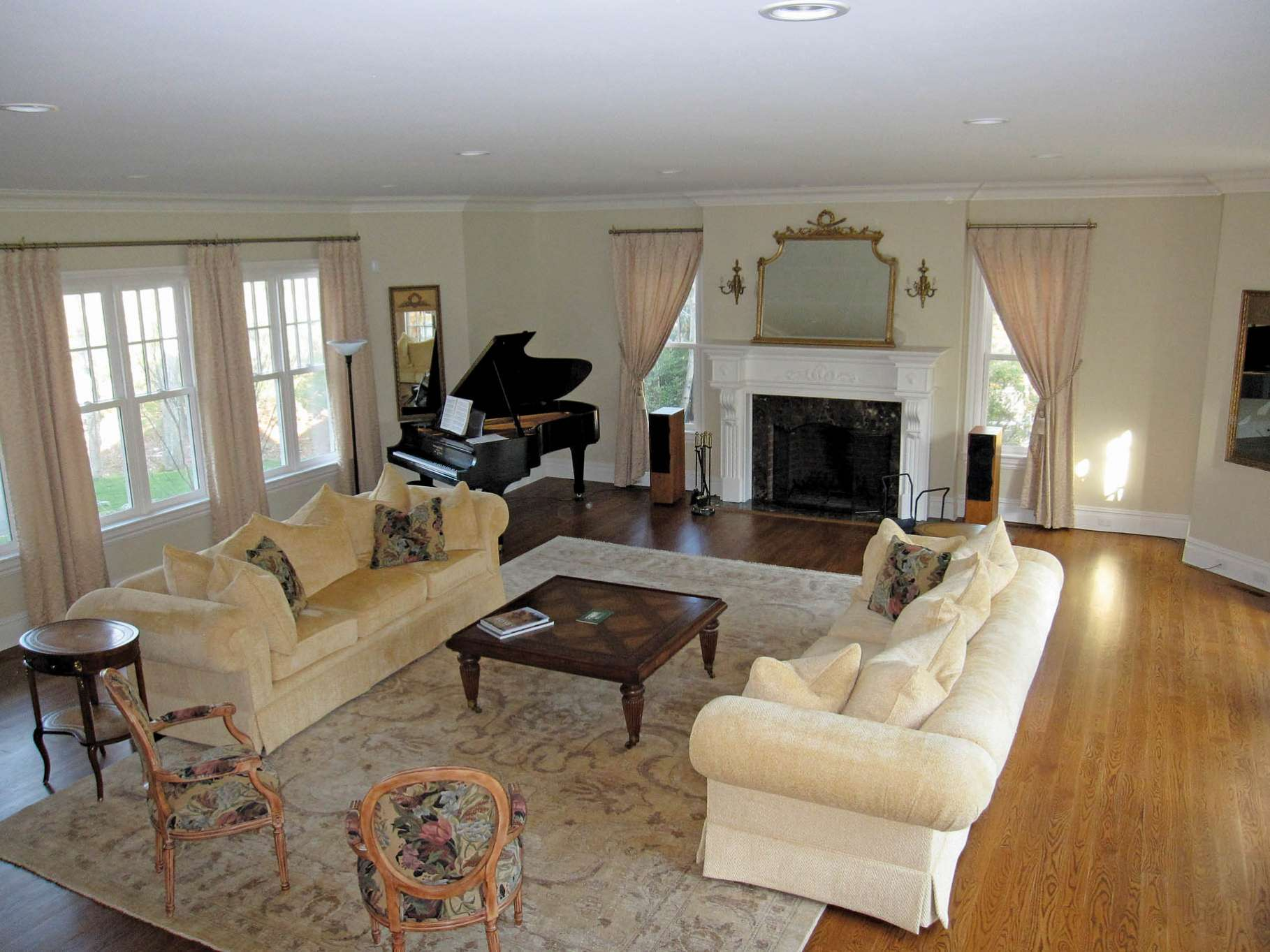 Additional photo for property listing at Stylish Gambrel  Southampton, New York