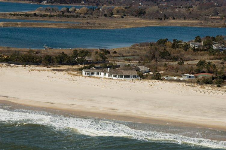 Casa Unifamiliar por un Alquiler en One Of A Kind Oceanfront Rental Southampton, Nueva York