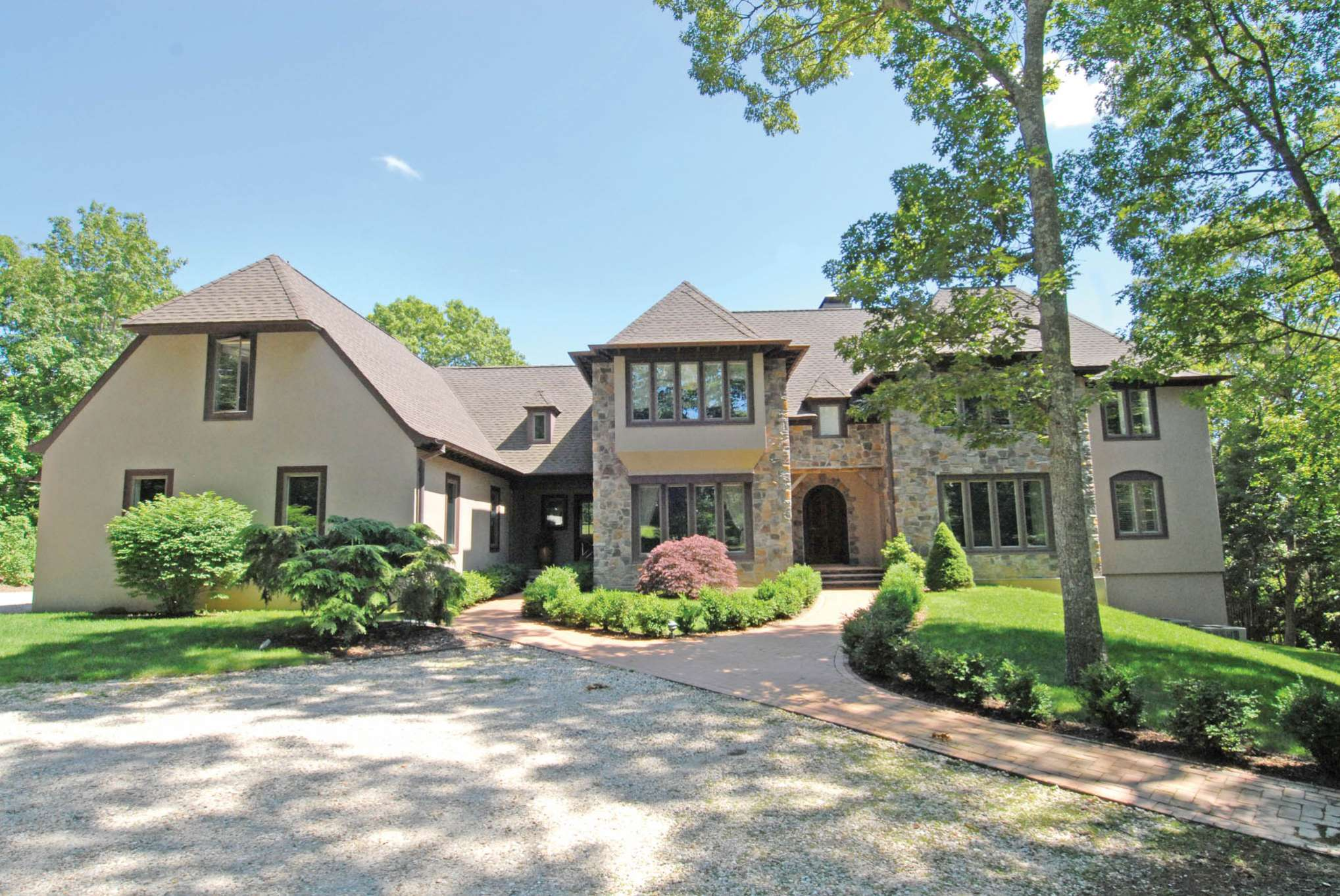 Additional photo for property listing at Elegant English Country Home - Southampton  Southampton, Nueva York