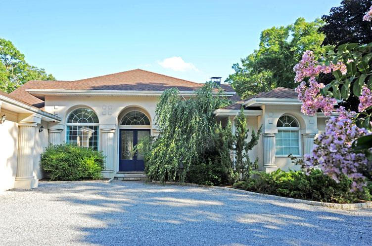 Casa Unifamiliar por un Alquiler en European Inspired Chateau With Tennis And Pool Sag Harbor, Nueva York