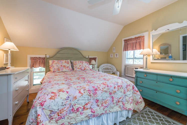 Additional photo for property listing at Victorian Shelter Island Heights  Shelter Island Heights, New York