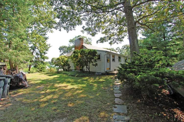 Additional photo for property listing at Menantic Creek Shelter Island Waterfront Cottage  Shelter Island, Nueva York