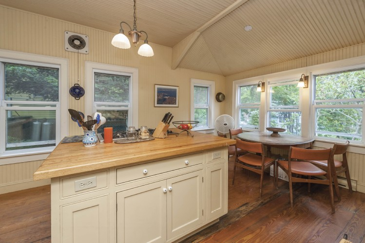 Additional photo for property listing at Shelter Island Heights Victorian  Shelter Island, Nueva York