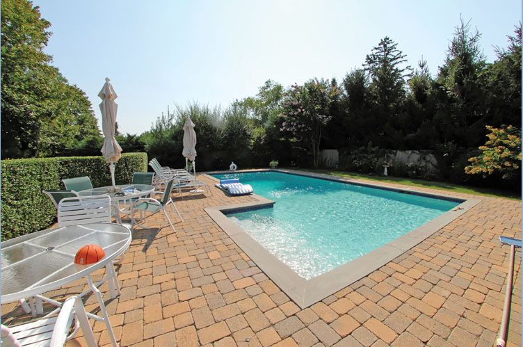 Additional photo for property listing at Charming Shelter Island Colonial With Pool  Shelter Island, New York