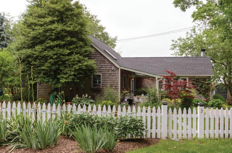 Additional photo for property listing at Country Waterfront Cottage On Shelter Island  Shelter Island, New York
