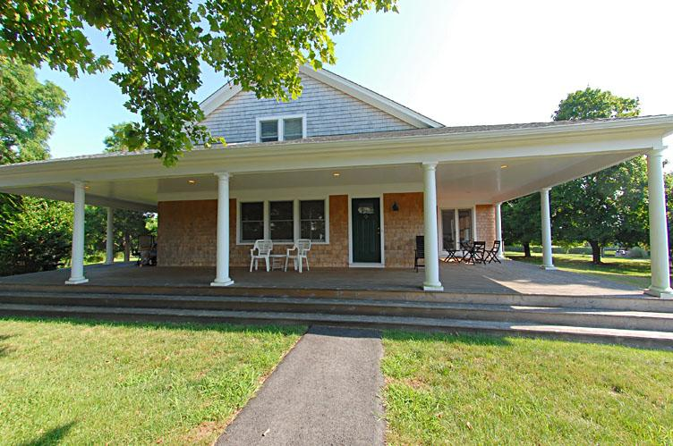Additional photo for property listing at Shelter Island Spacious Wades Beach Arts And Crafts  Shelter Island, Nueva York