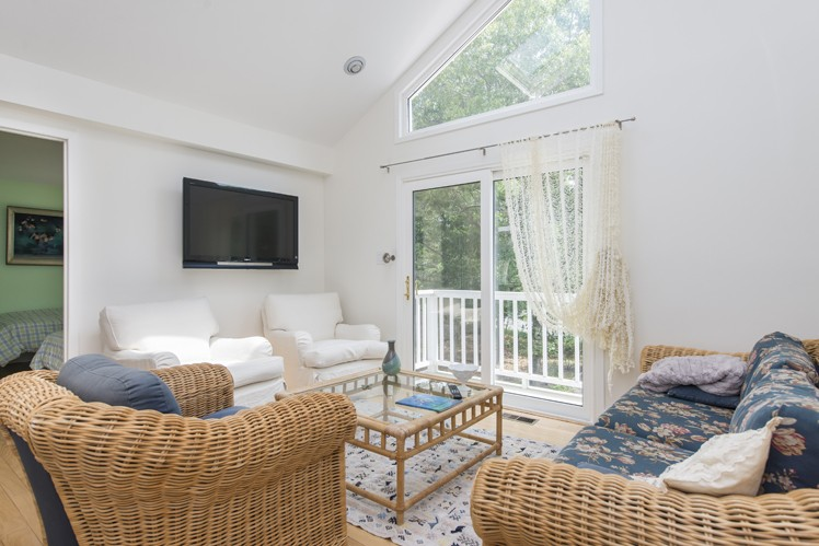 Additional photo for property listing at East Hampton Contemporary Convenient To Village  East Hampton, New York