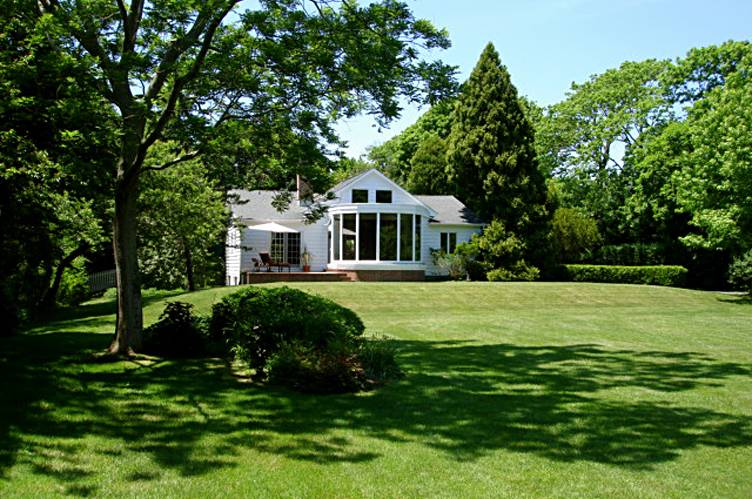 Additional photo for property listing at Lee Avenue Elegance  Southampton, New York