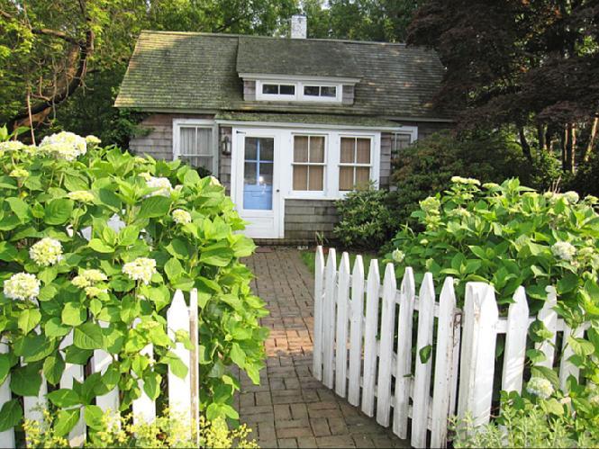 Casa Unifamiliar por un Alquiler en Chic Southampton Village Cottage Southampton, Nueva York