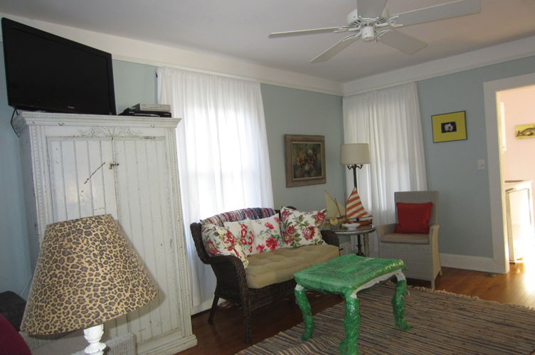 Additional photo for property listing at Chic Southampton Village Cottage  Southampton, Nueva York