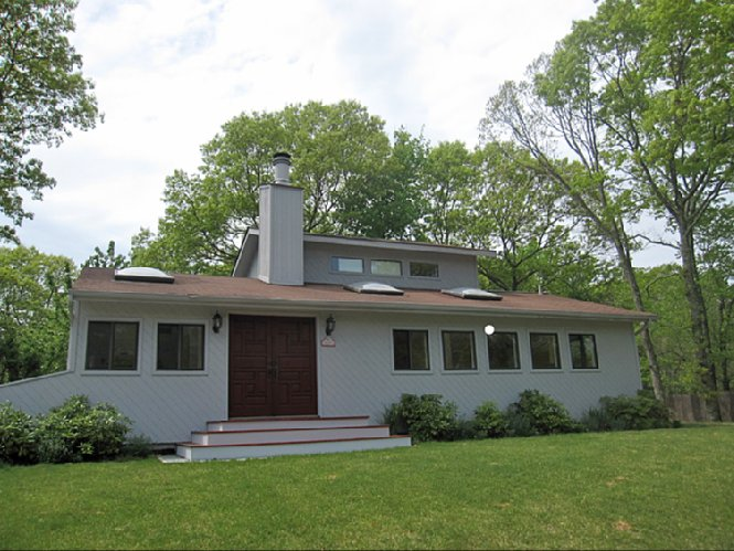 Additional photo for property listing at Cute Contemporary  Southampton, New York