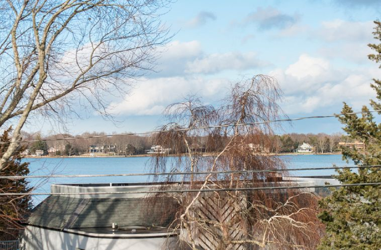 Additional photo for property listing at Sag Habor Village Beauty With Pool  Sag Harbor, Nueva York