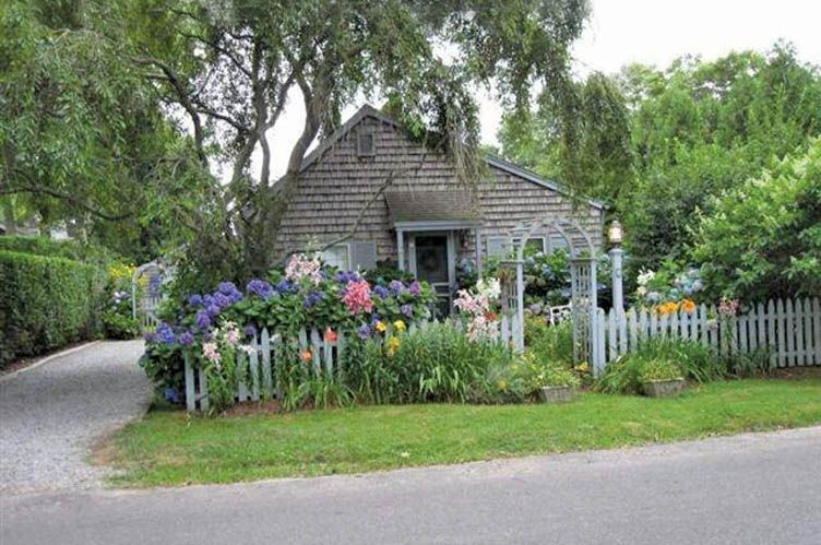 Casa Unifamiliar por un Alquiler en Charming Compound In The Village East Hampton, Nueva York