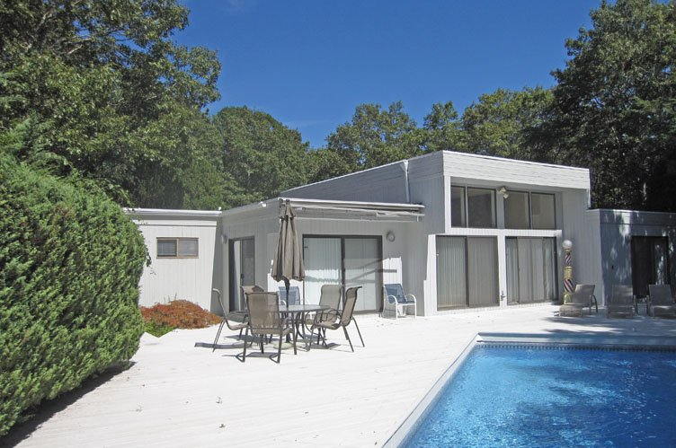 Casa Unifamiliar por un Venta en Village Contemporary With Pool And Tennis Quogue, Nueva York