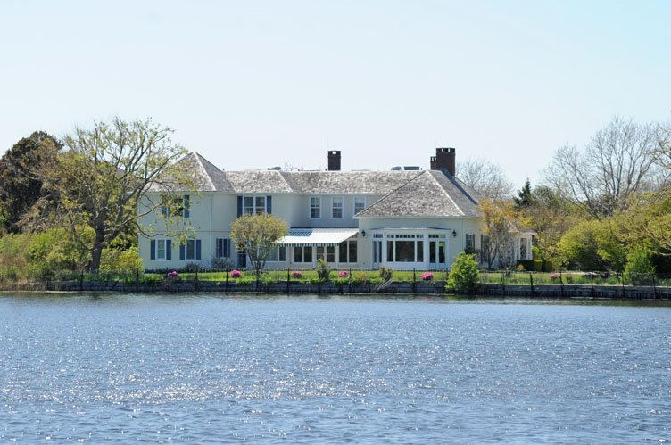Additional photo for property listing at An Elegant Summer In Southampton Village On Cooper's Neck Pond  Southampton, New York