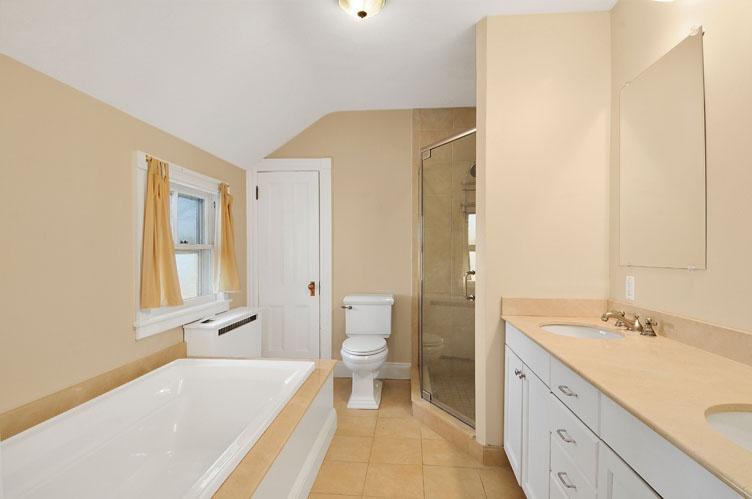 Additional photo for property listing at Sagaponack Farmhouse Near Ocean Beach  Sagaponack, New York