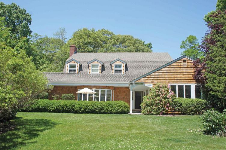 Additional photo for property listing at Bright Traditional  Southampton, Nueva York