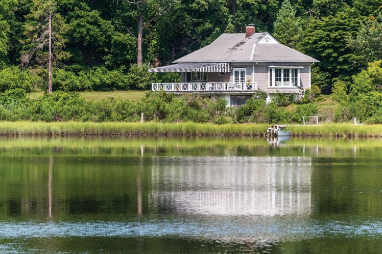Additional photo for property listing at Shelter Island Cozy Creekfront Cottage  Shelter Island, Nueva York