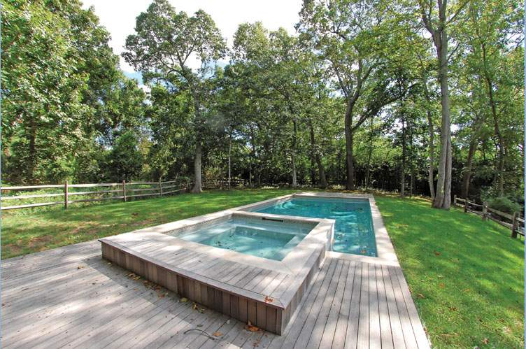 Additional photo for property listing at Distinctive Shelter Island With Pool And Association Dock  Shelter Island, New York