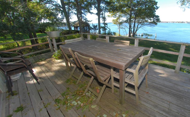 Additional photo for property listing at Sunny Shelter Island Waterfront With Dock And Sandy Beach  Shelter Island, New York