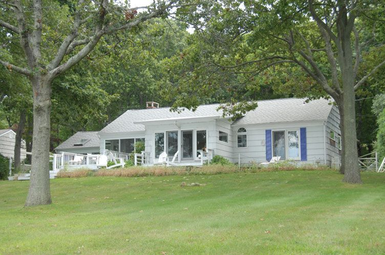 Additional photo for property listing at Sandy Shelter Island Beach Cottage And Sunsets  Shelter Island, New York