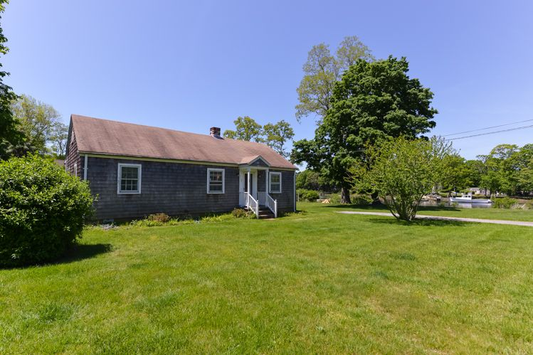 Additional photo for property listing at Shelter Island Quaint Cottage On The Creek  Shelter Island, Nueva York