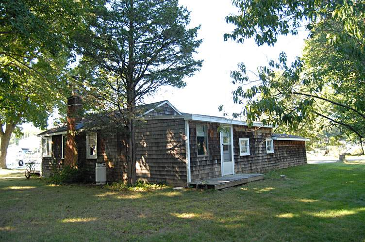 Additional photo for property listing at Fishermans' Cottage With Dock  Shelter Island, New York