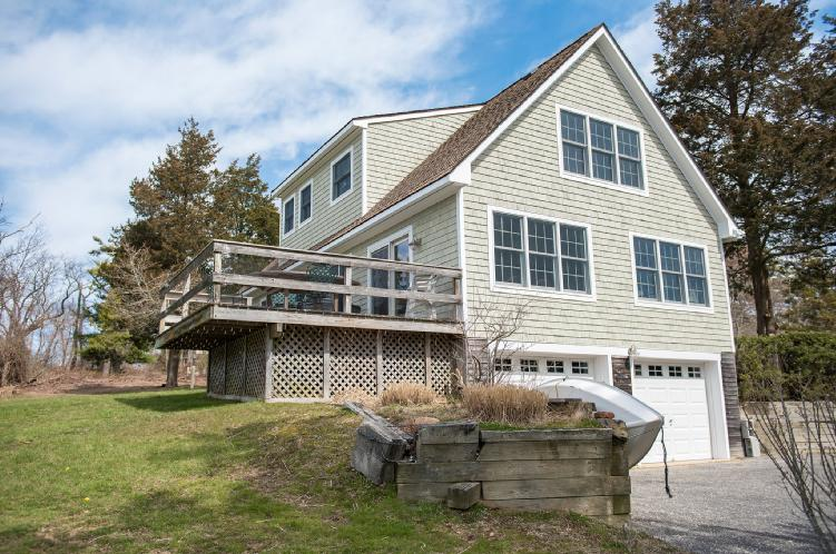 Additional photo for property listing at Wades Beach Traditional  Shelter Island, Nueva York