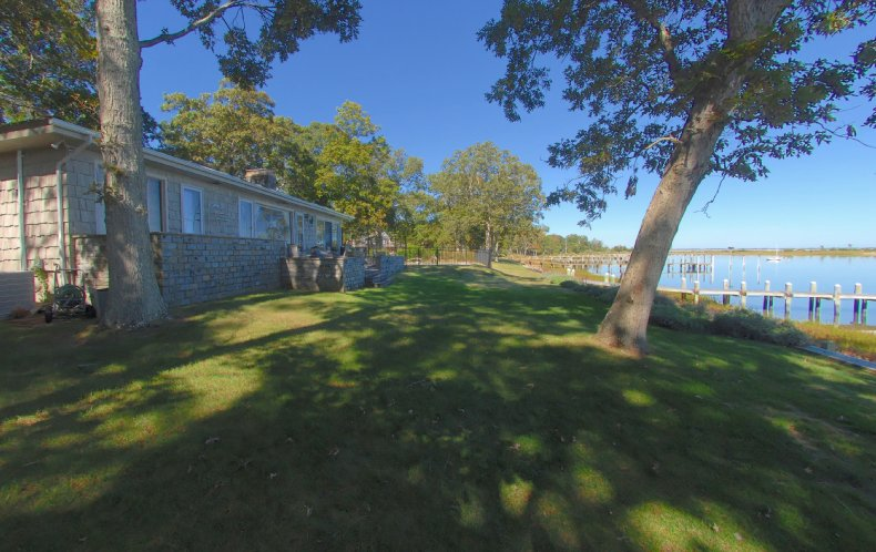 Additional photo for property listing at Shelter Island Waterfront With Pool And Dock  Shelter Island, New York