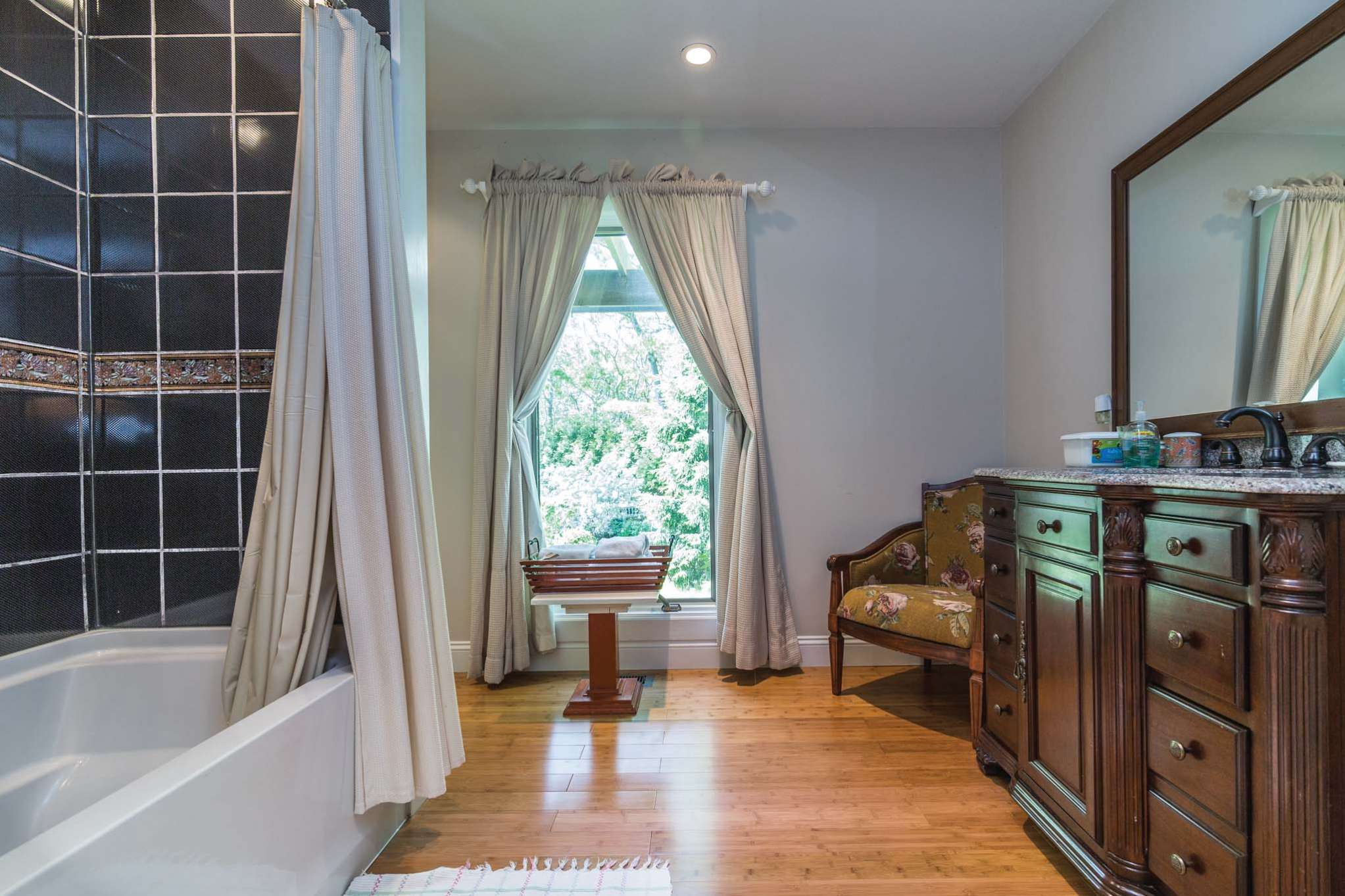 Additional photo for property listing at Spacious, Light-Filled East Hampton Traditional 46 Ancient Highway,  East Hampton, New York