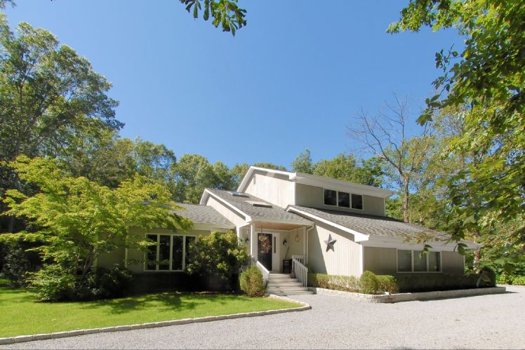 Additional photo for property listing at Shelter Island Summer Fun With Pool  Shelter Island, Nueva York