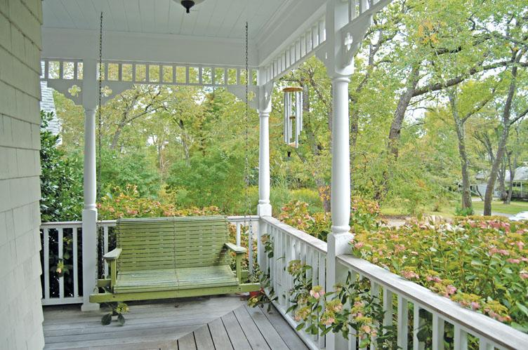 Additional photo for property listing at Shelter Island Traditional With Pool And Dock Access  Shelter Island, Nueva York