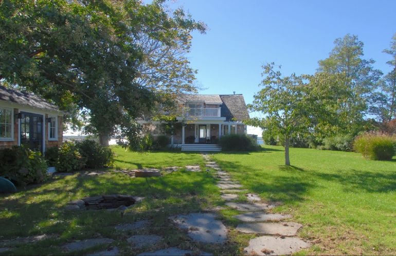 Additional photo for property listing at Stunning Shelter Island Waterfront Beach Cottage  Shelter Island, New York
