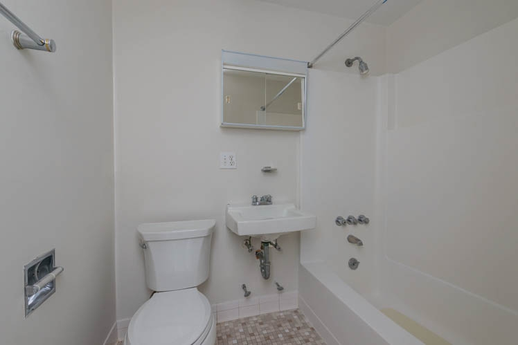 Additional photo for property listing at Great Apartment Location Off Newtown Lane In East Hampton  East Hampton, New York