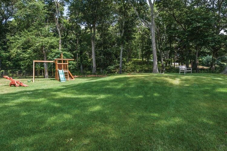 Additional photo for property listing at Shelter Island With Pool Near Beach  Shelter Island, Nueva York