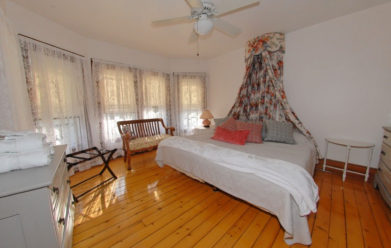Additional photo for property listing at Pastoral Shelter Island Farmhouse - Close Proximity To Beach  Shelter Island, New York
