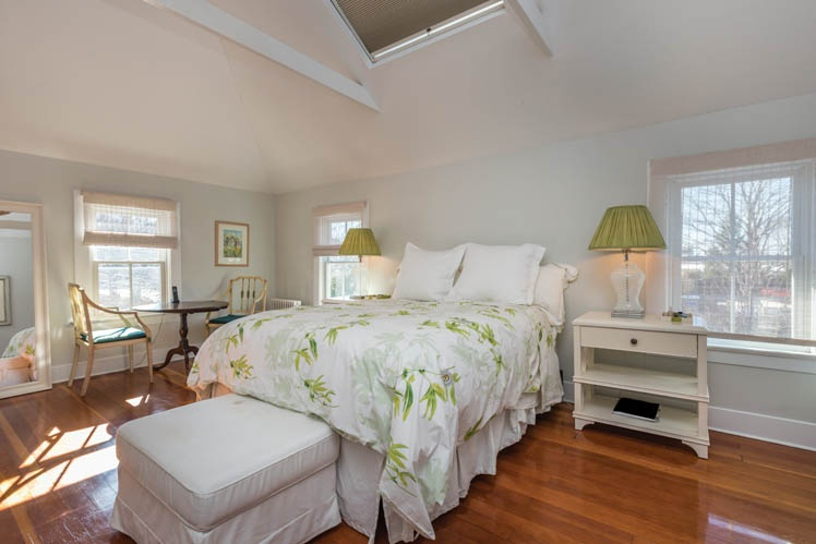 Additional photo for property listing at Bridgehampton Village Farmhouse  Bridgehampton, New York