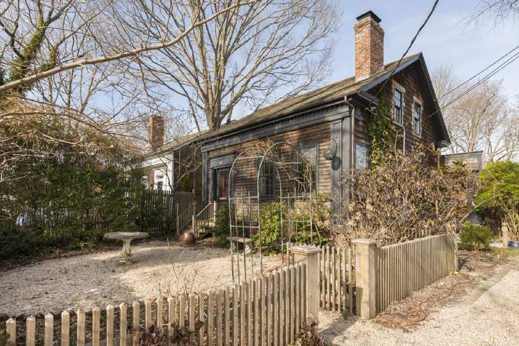 Additional photo for property listing at Sag Harbor Village Beauty  Sag Harbor, Nueva York